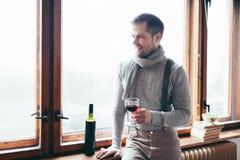 Hansomemens die van een glas rode wijn genieten Royalty-vrije Stock Foto's