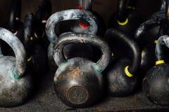 Hantel för viktutbildning i idrottshall Svarta kettlebells Arkivfoto