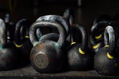 Hantel för viktutbildning i idrottshall Svarta kettlebells 24kg weightliftingen Fotografering för Bildbyråer