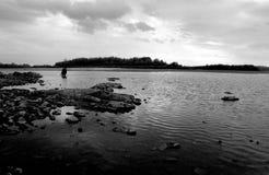 Hanter solo en un río del siberiano del oro-cavador Imagen de archivo libre de regalías