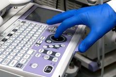 hanterande läkarundersökning för utrustning Arkivfoto