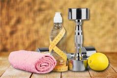 Hantlar med att mäta bandet och sunda produkter Royaltyfri Fotografi