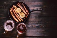 Hantverköl och korvar mest oktoberfest mat, bar fotografering för bildbyråer