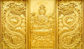 Hantverk av guld- Guan Yin och draken fotografering för bildbyråer