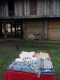 Hantverk av lokalt folk i byn som är till salu i landskap för LUANG PRABANG royaltyfri fotografi