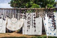 Hantverk broderade borddukar, och halsband kärnar ur royaltyfri fotografi