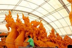 Hantverkare dekorerade stearinljus för att att bekämpa bilstearinljusfastlagen Traditionen av Thailand Arkivbilder