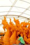 Hantverkare dekorerade stearinljus för att att bekämpa bilstearinljusfastlagen Traditionen av Thailand Royaltyfri Bild