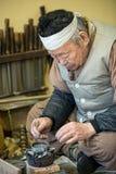 Hantverkare för produktion för Korea traditionella kopparrörtobak Arkivbilder