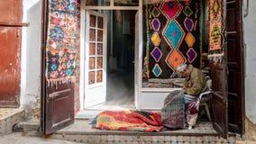 Hantverkare i den Medina nolla-Fez staden som arbetar traditionella handycrafts, Marocko royaltyfria bilder