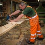 Hantverkare i träverksnittplatta Royaltyfria Bilder