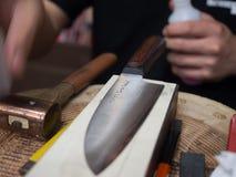 Hantverkare med den inristade handgjorda japanska kniven Royaltyfria Bilder