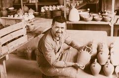 Hantverkare med keramisk lerkärl arkivbilder