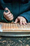 Hantverkare på arbete som snider ett traditionellt träprintingkvarter i Yangzhou, Kina Arkivbild