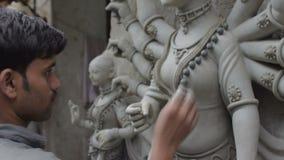 Hantverkare som förbereder leraförebilden av gudinnan Durga, Kolkata, Calcutta, Indien stock video