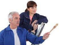 Hantverkare som ger förklaringar Arkivbild