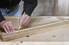 Hantverkare som mäter trä Royaltyfri Fotografi