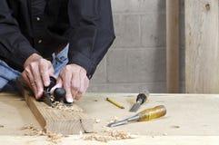 Hantverkare som planerar brädet för amerikansk kastanj Royaltyfria Bilder