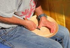 Hantverkare som snider en maträtt Royaltyfri Bild