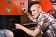 Hantverkare som syr skodon på maskinen i skoatelier Arkivbilder
