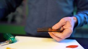 Hantverkarearbeten med kulört exponeringsglas i fixerande teknik i seminarium Mansnitt med glasskäraredetaljer av den framtida vä arkivfilmer