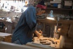 Hantverkarekvinnan arbetar i ett wood seminarium Handgjort begrepp royaltyfri fotografi