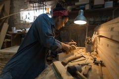 Hantverkarekvinnan arbetar i ett wood seminarium Handgjort begrepp royaltyfria bilder