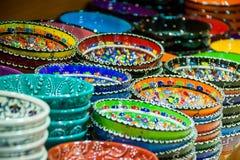 hantverkaren bowlar färgrika plattor Fotografering för Bildbyråer