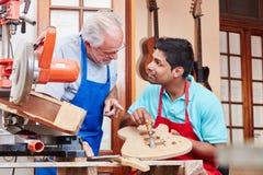 Hantverkaren ger mer luthier kurs royaltyfria foton