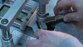 Hantverkaren som arbetar på ram, limmar tillsammans stycken i special maskin Royaltyfri Fotografi