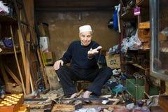 Hantverkaren som visar en snurröverkant i hans, shoppar i Fez Medina Royaltyfri Fotografi