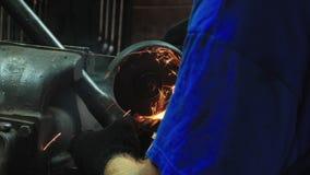 Hantverkaren Working With en cirkelsåg, gnistor flyger från den varma metallen Mäns hårt arbete Man som arbetas på stål N?rbild a lager videofilmer