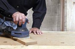 Hantverkareorbital som sandpapprar ekträ Royaltyfria Bilder