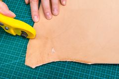 Hantverkaresnittkant av r-läder vid den roterande skäraren royaltyfria foton