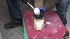 Hantverkareträsnidare som snider trä med stämjärnhjälpmedlet arkivfilmer