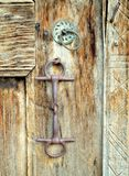 Hantverkdetaljer på en gammal traditionell dörr Fotografering för Bildbyråer