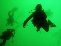 hantverkdykare som landar den subic behållaren för scuba royaltyfri foto