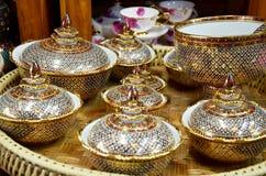 Hantverket Benjarong är traditionell thai stilpott för fem grundläggande färger Arkivfoto