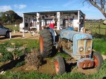 Hantverket shoppar med traktoren Royaltyfri Foto