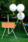 Hantverkstaffli med gulliga ballonger royaltyfria bilder