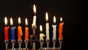 Hanukahkaarsen die de Joodse vakantie vieren stock footage