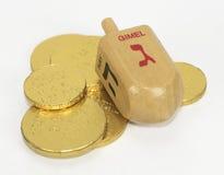 Hanukka Dreidel und Schokoladen-Münzen Stockbild