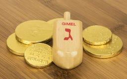 Hanukkah Dreidel e moedas do chocolate foto de stock