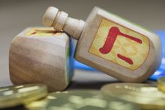 Hanukkah Dreidels, guardanapo e moedas de Gelt do chocolate imagem de stock royalty free