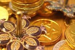 Hanukkah gelt με το αστέρι του Δαυίδ στο πίσω και ασημένιο dreidel με το ρόδι στοκ φωτογραφίες