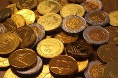 Hanukkah gelt czekolady monety z gwiazdą dawidowa na plecy i menorah symbolu judaizm fotografia stock