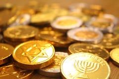 Hanukkah gelt z gwiazdą dawidowa na plecy i menorah symbolu judaizm zdjęcie stock