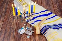 Hanukkah judaico do feriado com menorah sobre a estrela de madeira David da tabela fotografia de stock
