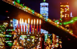 Hanukkah judaico do feriado do símbolo judaico com menorah Brooklyn Bridg, New York City fotografia de stock royalty free
