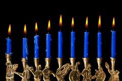 Hanukkah-Kerzen auf schwarzem Hintergrund